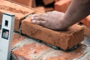 cara Pasang dinding batu bata merah