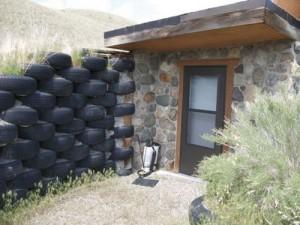 desain eksterior rumah dari batu alam dan ban bekas