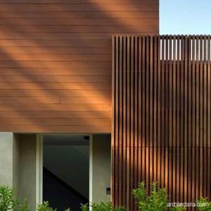 Rumah artistik dengan pagar kayu