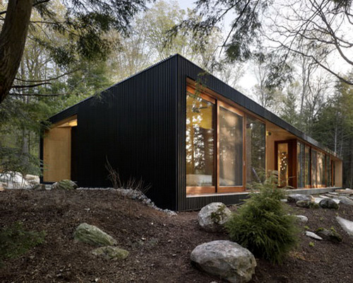 Review cottage di clear lake ontario karya maclennan for Cottage style exterior design