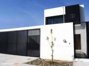 rumah dengan pagar besi