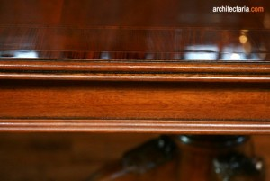 meja kayu mengkilap