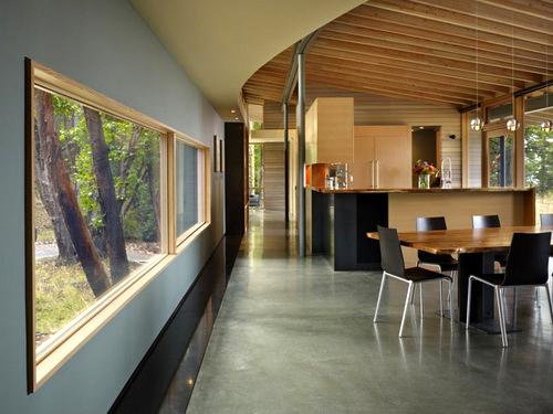 Desain interior ruang makan dirumah pedesaan (by: heliotrope