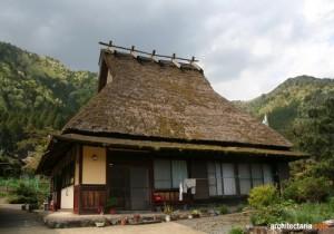 rumah dengan atap jerami