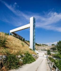 A-steel-clad-outdoor-elevator-by-AH-Asociados (12)
