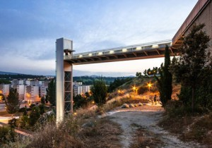 A-steel-clad-outdoor-elevator-by-AH-Asociados (13)