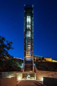 A-steel-clad-outdoor-elevator-by-AH-Asociados (17)