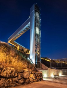 A-steel-clad-outdoor-elevator-by-AH-Asociados (18)