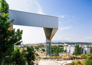 A-steel-clad-outdoor-elevator-by-AH-Asociados (20)