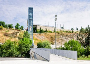 A-steel-clad-outdoor-elevator-by-AH-Asociados (21)