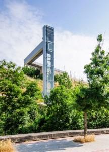 A-steel-clad-outdoor-elevator-by-AH-Asociados (3)