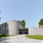 Kortrijk Auditorium: Desain Auditorium Karya Dehullu Architecten yang Mengelaborasi Dinding Curve dari Batu Bata Vertikal