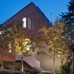 East Van House Dengan Fitur Sloping Roof Asimetris Karya Splyce Design
