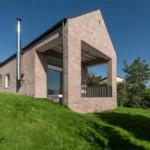Rumah Bata dan Perpustakaan Pribadi Dengan Dimensi yang Panjang oleh Arsitek Foldes