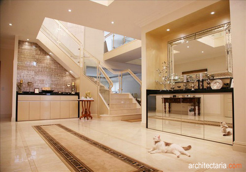Interior Ruang Foyer : Memanfaatkan serambi atau foyer sudut di balik pintu yang