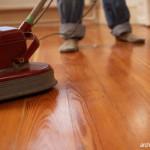 Mengeringkan Lantai Kayu yang Basah Setelah Hujan