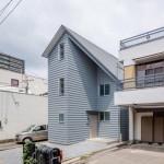 House in Tourimachi, Rumah Asimetris yang Menggabungkan Dua Generasi