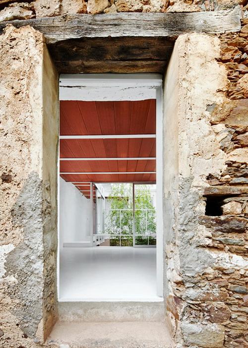 casa luz bangunan dengan permukaan ubin terakota karya