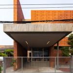 Desain Rumah dengan Kisi Batu Bata yang Menyamarkan Area Outdoor