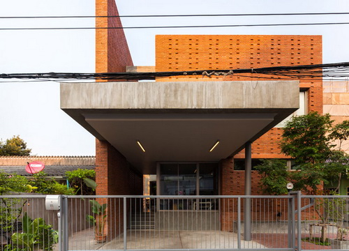 Desain Rumah Kisi Batu Bata Menyamarkan Area Outdoor 1
