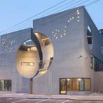 Dua Gedung Kembar dengan Fasad Cekung yang Membentuk  Indentasi Berbentuk Bulan