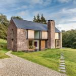 Desain Rumah Pedesaan dengan Cladding Batu Pasir di Wales