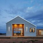 Baja Bergelombang Tahan lama Yang Didesain Sebagai Fasad Untuk Rumah Pedesaan di Australia Karya Glow Design Group.