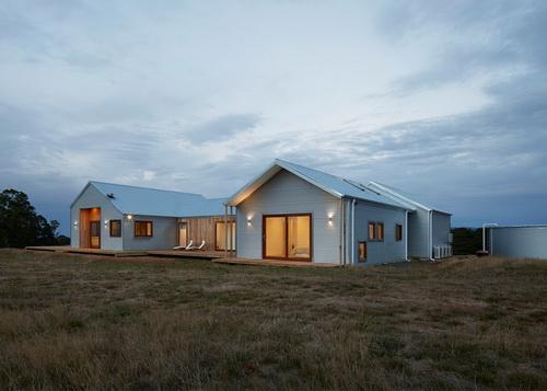 Baja bergelombang tahan lama yang didesain sebagai fasad for Barn homes australia