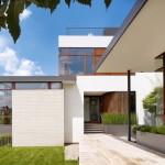Desain Rumah Keluarga Modern Tropis Yang Selaras Dengan Area Sekitarnya