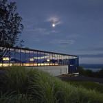 Desain Rumah Kaca Reflektif Bergaya Industrial Yang Menyatu Dengan Alam