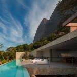 Desain Rumah di Brasil Yang Menjulang Tinggi Untuk Menangkap Pemandangan Lautan