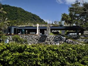 desain-rumah-kontemporer-dengan-dinding-batu-1
