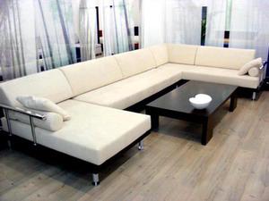 Di Rumah Dengan Ukuran Ruang Tamu Yang Cukup Luas Atau Bisa Diletn Sofa