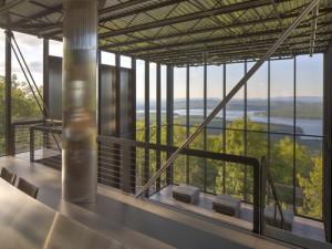 desain rumah kaca reflektif bergaya industrial yang